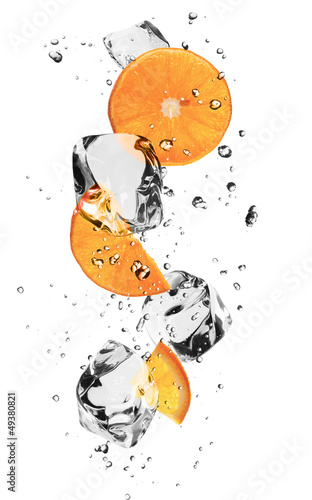 Foto op Canvas In het ijs Oranges slices with ice cubes, isolated on white background