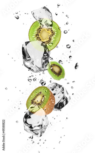 Foto op Canvas In het ijs Kiwi slices with ice cubes, isolated on white background