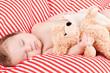 kleines süßes baby kleinkind neugeborenes schläft mit teddy b