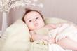 kleines süßes baby kleinkind neugeborenes im korb liegend