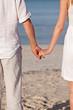 verliebtes paar hand in hand im sommer