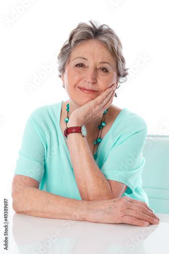 Ältere Dame lächelt ganz entspannt - isoliert