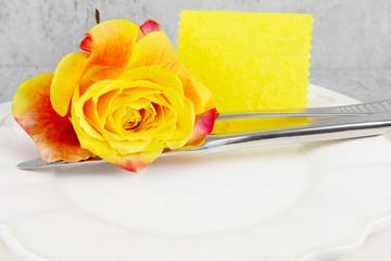 Tischkärtchen und Rose in gelb