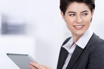 geschäftsfrau hält tablet in der hand