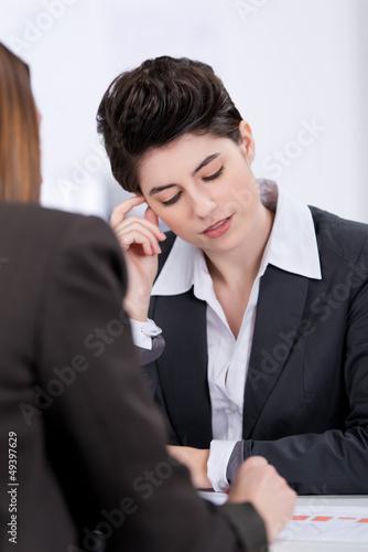 ein schwieriges gespräch im büro