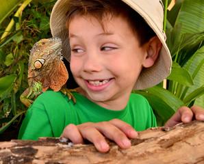 Kind mit Iguana