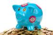 blaues Sparschwein auf Münzhaufen