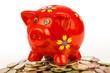 rotes Sparschwein auf Münzhaufen