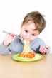 Kleiner Junge isst Spaghetti