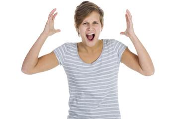 Wütende Frau reißt die Arme nach oben