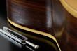 Stimmgabel vor Gitarrenkörper