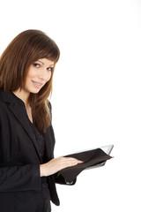 Junge hübsche Geschäftsfrau reinigt Tablet