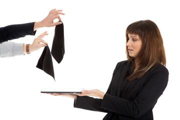 Junge hübsche Geschäftsfrau bekommt Reinigungstücher