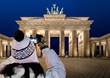 Touristin fotografiert das Brandenburger Tor