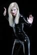 Mujer luchadora estilo futurista con traje de cuero negro.