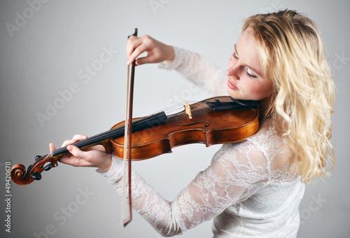 Schöne Frau spielt Geige