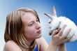Молодая девушка с кроликом на голубом фоне