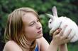 Белый кролик в руках молодой девушки