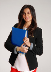 Joven mujer de negocios sujetando una carpeta.