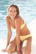 pjilippine,agenouillée,bord de piscine