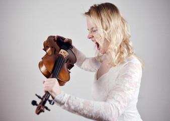 Störrische Frau schreit Geige an