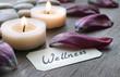 Wellnessschildchen mit Tulpenblättern und Kerzen