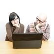 Trauriger Nerd beobachtet seine Freundin am Laptop