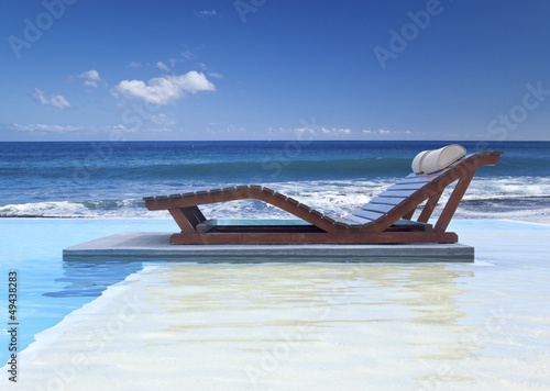 piscine à débordement au bord de l'océan