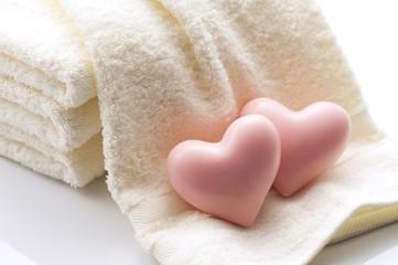 ハート形の石鹸とタオル