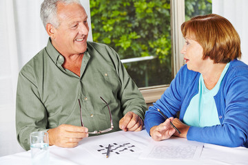 Zwei Senioren machen Gedächtnistraining