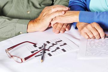 Senioren halten Hände im Pflegeheim