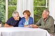 Senioren schauen auf ein Tablet Computer