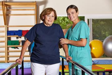 Seniorin macht Bewegungstherapie in der Reha