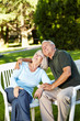 Altes Ehepaar schaut träumend hoch