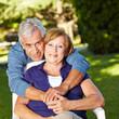 Glückliches Seniorenpaar im Herbst