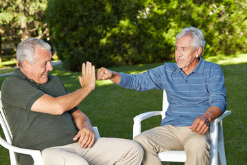 Zwei befreundete Senioren begrüßen sich