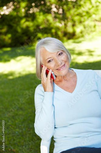 Seniorin telefoniert mit Smartphone