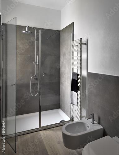 box doccia di vetro nel bagno moderno