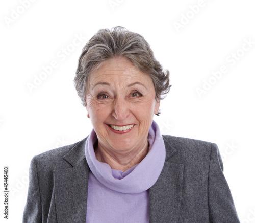 Humorvolle ältere Dame isoliert in Winterkleidung