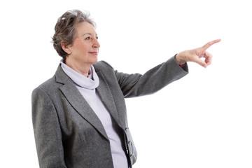 Ältere Dame zeigt auf etwas
