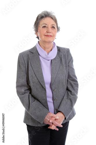 Grauhaarige Dame blickt gelassen in die Zukunft