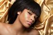 Gold braunes Make Up, hübsche Frau blickt
