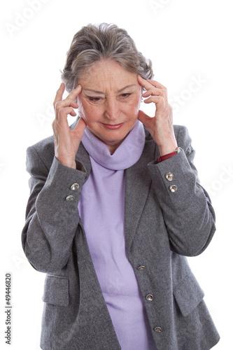 Ältere Frau hat Kopfschmerzen