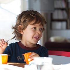 Repas d'un petit garçon