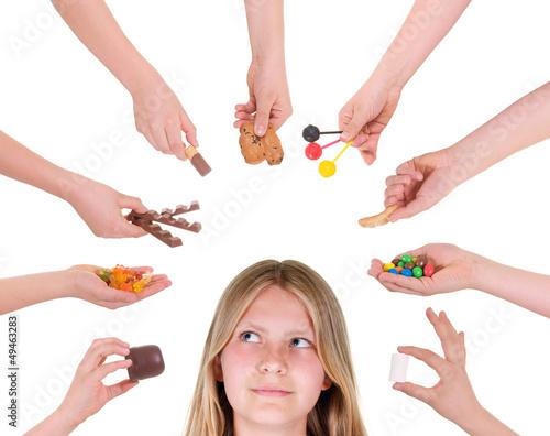 Viele Hände mit Süssigkeiten