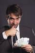 Zwielichter Geschäftsmann beim Geld zählen