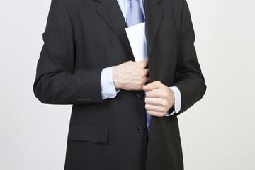 Geschäftsmann steckt Briefumschlag ein