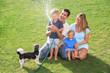 Fröhliche Familie auf der Wiese
