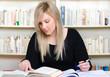 junge studentin recherchiert in bibliothek