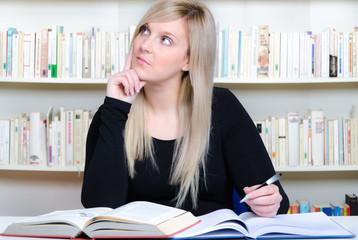 überlegende studentin schreibt eine hausarbeit